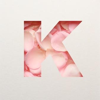 Projekt czcionki, abstrakcyjna czcionka alfabetu z różowymi płatkami róż, realistyczna typografia kwiatów - k.