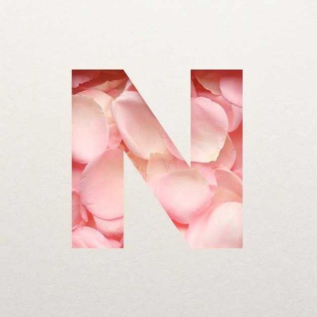 Projekt czcionki, abstrakcyjna czcionka alfabetu z różowymi płatkami róż, realistyczna typografia kwiatów - n.