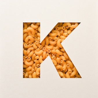 Projekt czcionki, czcionka abstrakcyjna alfabetu z makaronem łokciowym, realistyczna typografia żywności - k.
