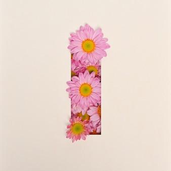 Projekt czcionki, czcionka abstrakcyjna alfabetu z różowym kwiatkiem, realistyczna typografia kwiatowa - i