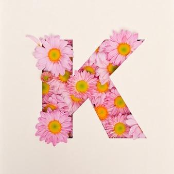 Projekt czcionki, czcionka abstrakcyjna alfabetu z różowym kwiatkiem, realistyczna typografia kwiatowa - k.