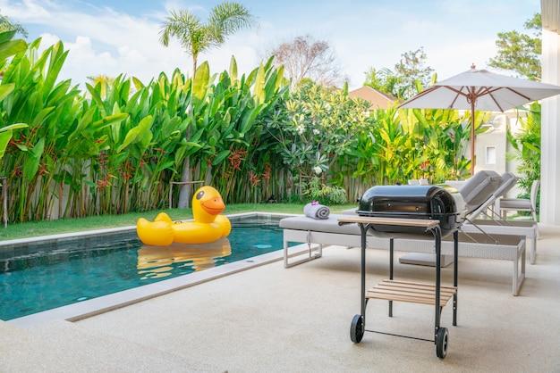 Projekt domu na zewnątrz przedstawiający tropikalną willę przy basenie z ogrodem zieleni