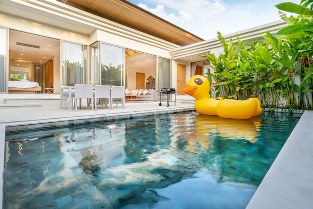 Projekt domu na zewnątrz z pokazaniem tropikalnej willi przy basenie z ogrodem zieleni