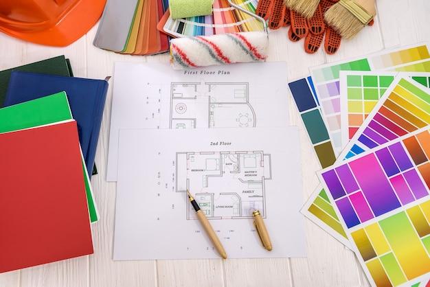 Projekt domu z paletą kolorów i narzędziami do malowania