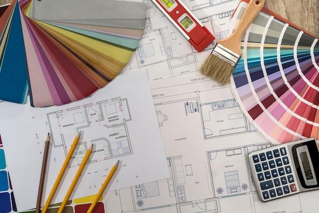 Projekt domu z paletą kolorów, kalkulatorem i pędzlem