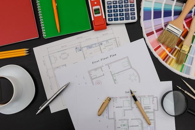 Projekt domu z próbką kolorów i narzędziami do malowania