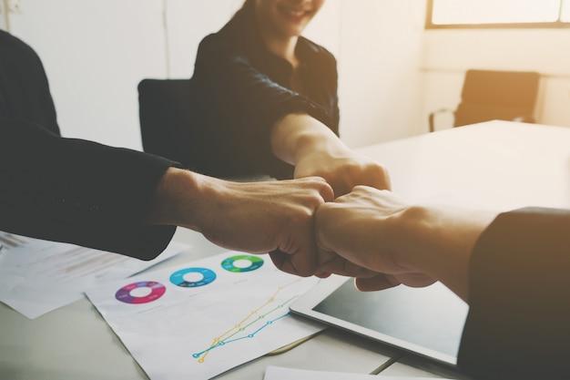 Projekt drużyna biznesmen i bizneswoman pięść wpadać na siebie pracę zespołową wpólnie.
