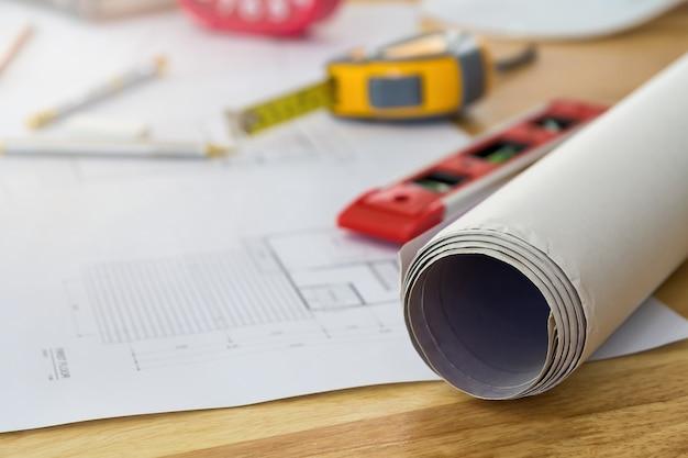 Projekt i narzędzie pomiarowe na drewniane biurko