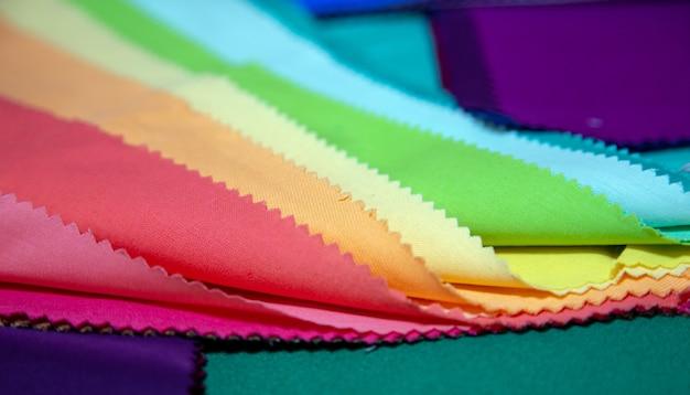 Projekt kolorystyki tkaniny do dekoracji mody projektantki sukienki