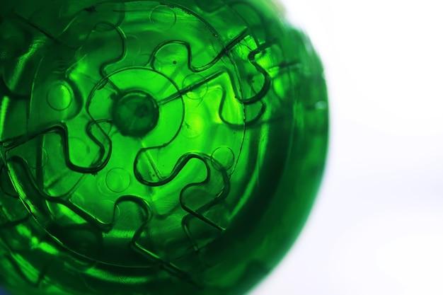Projekt koncepcyjny 3d, abstrakcyjne zielone tło geometryczne, konstrukcja ze szkła architektonicznego renderowania 3d. jasnozielona szyba z teksturą.