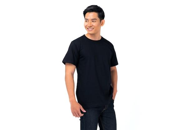 Projekt koszulki, młody człowiek w czarnej koszulce na białym tle