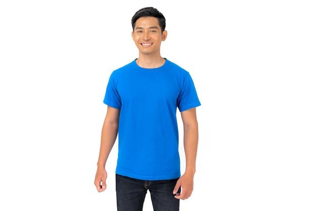 Projekt koszulki, młody człowiek w niebieskiej koszulce na białym tle