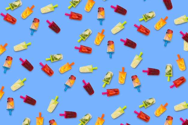 Projekt owocowego popsicle na niebieskiej powierzchni