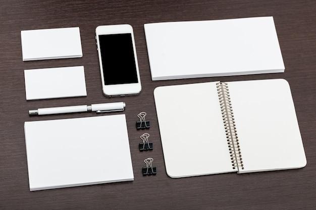 Projekt papieru firmowego i tożsamości z płasko ułożonym smartfonem