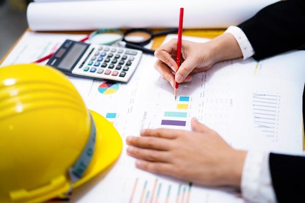 Projekt pracy architekta lub inżyniera z narzędziami w biurze