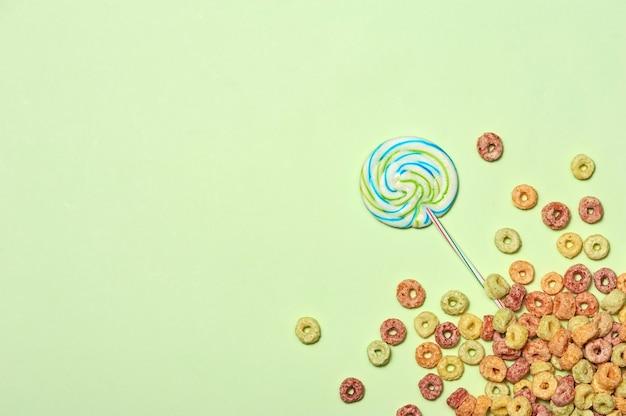Projekt przyjęcia urodzinowego z konfetti z widokiem z góry na tekst