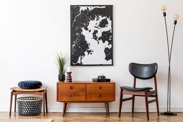 Projekt retro salonu z zabytkową drewnianą komodą i makieta plakatowa mapa na ścianie szablon