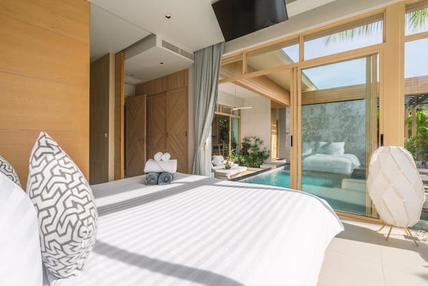 Projekt wewnętrzny i zewnętrzny w sypialni luksusowej willi przy basenie, domu, domu z basenem