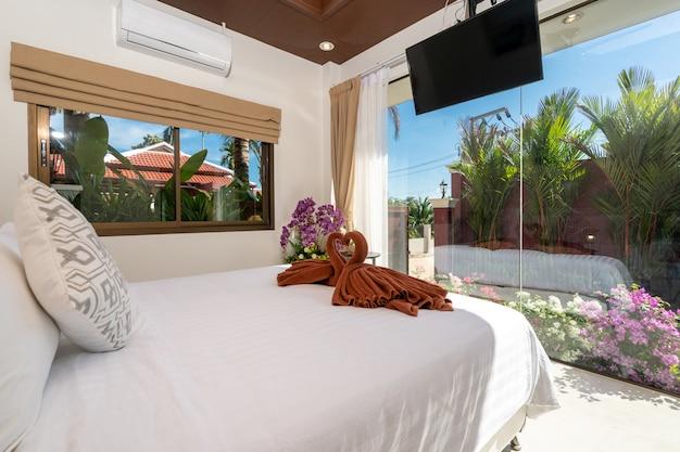 Projekt wnętrz domu, domu, mieszkania i willi zawiera podwójne łóżko i toaletkę w sypialni, białą przestrzeń