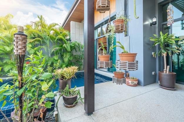 Projekt wnętrz przedstawiający tropikalną willę przy basenie z zielonym ogrodem