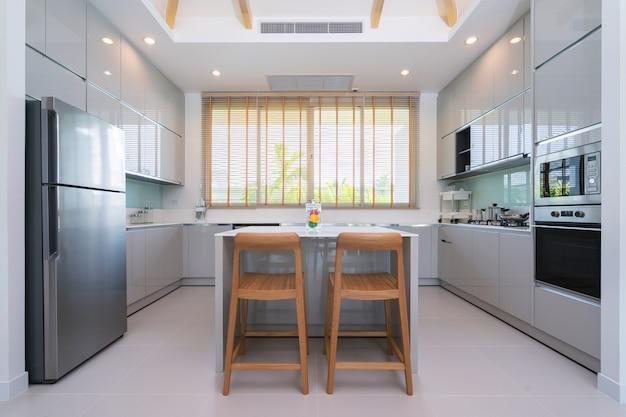Projekt wnętrz w willi, mieszkanie i mieszkanie z blatem kuchennym