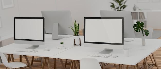 Projekt wnętrza biura wraz z biurkiem z czterema urządzeniami komputerowymi, artykuły biurowe i dekoracje