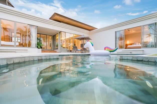 Projekt wnętrza i zewnętrznej willi przy basenie z częścią dzienną