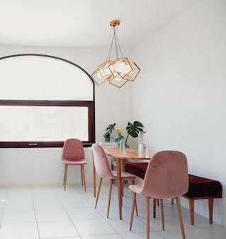Projekt wnętrza jadalni w nowoczesnym modnym stylu w minimalistycznym stylu z krzesłami stołowymi do wspólnego użytku