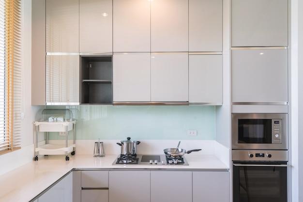 Projekt wnętrza kuchni w luksusowym apartamencie villa obejmuje blat kuchenny i kuchenkę mikrofalową