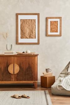 Projekt wnętrza neutralnego salonu ze stylową komodą retro, mocną ramą plakatową, kostką, lampą stołową, dekoracją i eleganckimi akcesoriami osobistymi w wystroju domu. szablon. koncepcja japonii.