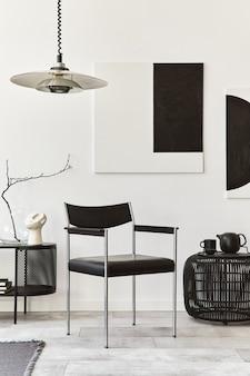 Projekt wnętrza nowoczesnego salonu z czarną stylową komodą, krzesłem, makietami, lampą, pufą, dekoracjami i eleganckimi dodatkami w wystroju domu. szablon.