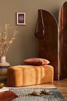 Projekt wnętrza pokoju domowego ze stylową pufą dywan ramka na zdjęcia poduszka koc rattanowy kosz suszony kwiat drewniany parawan i eleganckie akcesoria osobiste w nowoczesnym wystroju domu