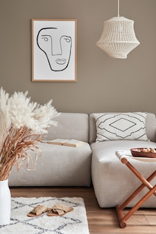Projekt wnętrza przytulnego salonu ze stylową sofą, kwiatami w wazonie, dywanem, dekoracją, poduszkami, pledem, lampą wiszącą i osobistymi akcesoriami w nowoczesnym wystroju domu.