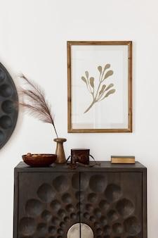 Projekt wnętrza salonu w stylu etnicznym z makietową ramą plakatową, nowoczesną komodą, okrągłym lustrem, dekoracją, meblami i akcesoriami osobistymi. szablon. biała ściana.