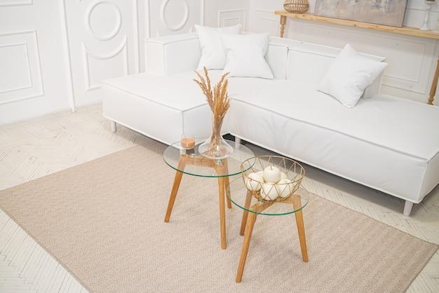 Projekt wnętrza salonu w stylu vintage z sofą i stołem