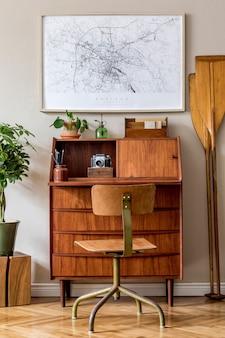 Projekt wnętrza salonu z drewnianą komodą retro i makiety ramki plakatowej