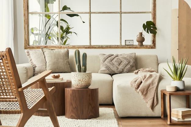 Projekt wnętrza salonu ze stylową modułową beżową sofą, drewnianymi stolikami kawowymi, roślinami, poduszkami, pledem, neutralną przegrodą, dekoracją i eleganckimi dodatkami. nowoczesny wystrój domu...
