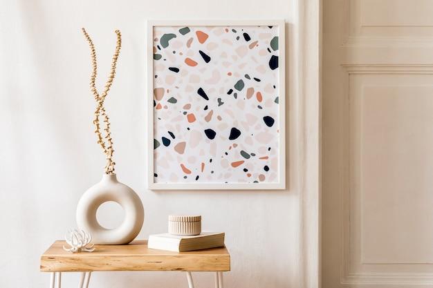 Projekt wnętrza salonu ze stylowymi suszonymi kwiatami w wazonie, drewnianym stolikiem kawowym, ramą plakatową, kratą i akcesoriami osobistymi w nowoczesnym wystroju domu.