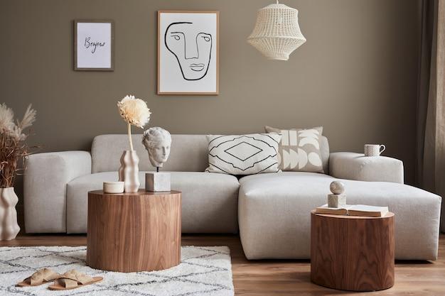 Projekt wnętrza stylowego salonu z nowoczesną neutralną sofą, farmami, suszonymi kwiatami w wazonie, stolikami kawowymi, dekoracją i eleganckimi akcesoriami osobistymi w wystroju domu.