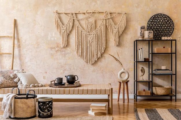Projekt wnętrza stylowego salonu z szezlongiem, piękną makramą, dekoracją z rattanu, roślinami, książką, rośliną, eleganckimi dodatkami osobistymi w orientalnej koncepcji wystroju domu.