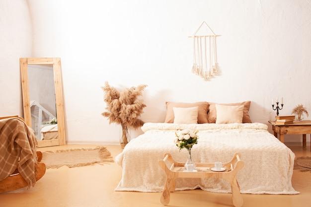 Projekt wnętrza sypialni z pampasami, roślinami
