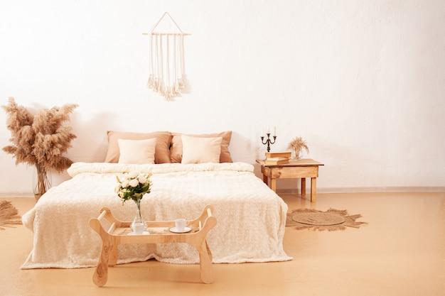 Projekt wnętrza sypialni z pampasami