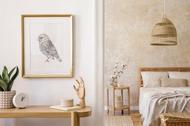 Projekt wnętrza sypialni z ramą na zdjęcie, drewnianą konsolą, roślinami, zegarem, stolikiem kawowym, rattanową dekoracją i eleganckimi dodatkami w stylowym wystroju domu.