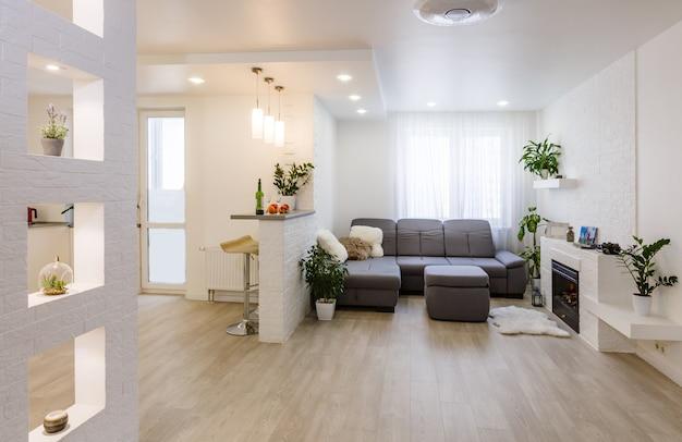 Projekt wnętrza z kanapą, kolorowymi poduszkami i lampą