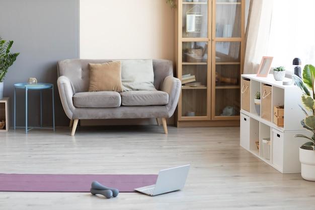 Projekt wnętrza z matą do jogi na podłodze