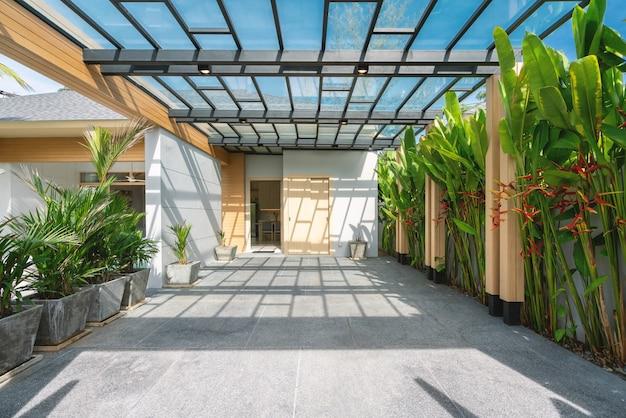 Projekt zewnętrzny domu lub domu w garażu z błękitnym niebem