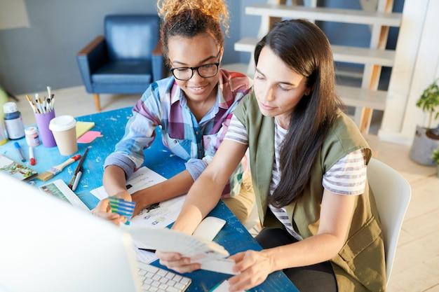 Projektanci mody kobiet pracujących w biurze