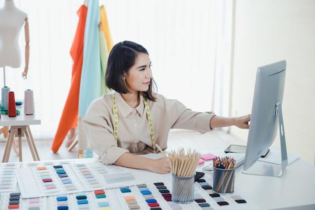 Projektanci myślą i projektują ubrania na zamówienie klientów.