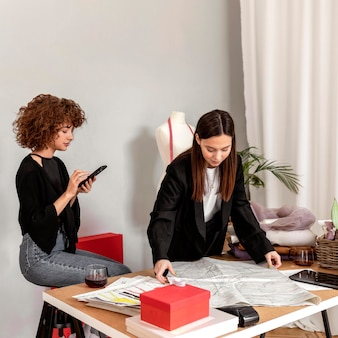 Projektanci odzieży pracujący w sklepie