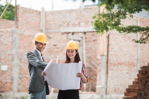 Projektanci omawiają plan budowy